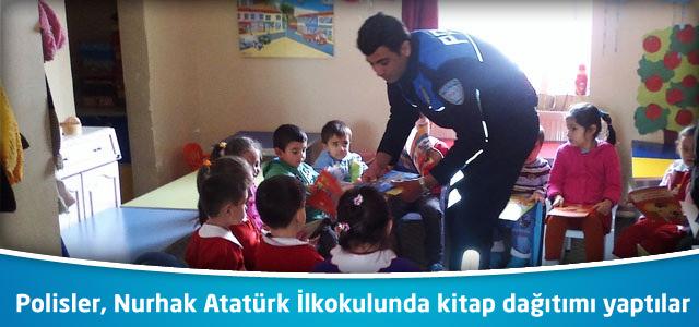 Polisler, Nurhak Atatürk İlkokulunda kitap dağıtımı yaptılar