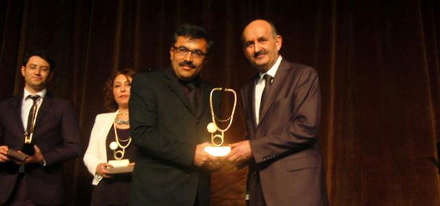 Yasin Mortaş'a Ödülünü Sağlık Bakanı  Müezzinoğlu Verdi.