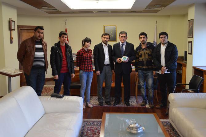 Azerbaycanlı Öğrencilerden KSÜ Rektörü Karaaslan'a Bakü Maketi
