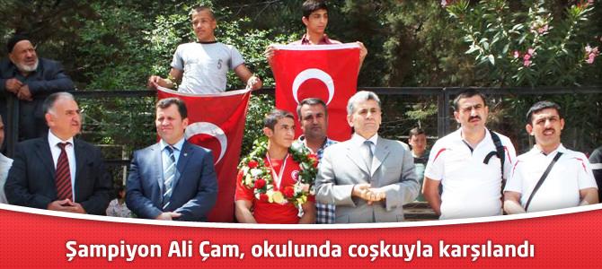 Şampiyon Ali Çam, okulunda coşkuyla karşılandı
