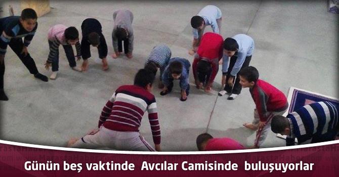 Günün beş vaktinde  Avcılar Camisinde  buluşuyorlar