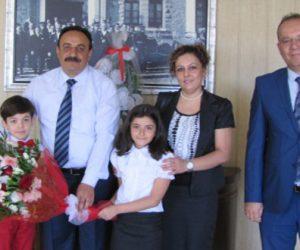 12 Şubat İlkokulu öğrencileri Millî Eğitim Müdürü Akkurt'u Ziyaret Etti