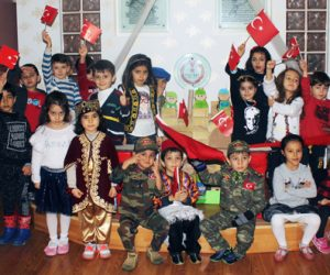 Minik öğrencilerin Vatan Sevgisi ve Kurtuluş Bayramı Gösterileri