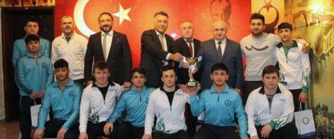 Güreş'te Türkiye şampiyonları İl Millî Eğitim Müdürü Yılmaz'ı Ziyaret etti.