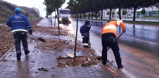 Yağmur sonrası atıklar temizleniyor