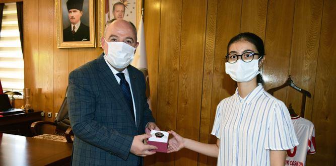 Vali Coşkun, LGS Türkiye Birincisi Özge Alan'ı Ödüllendirdi