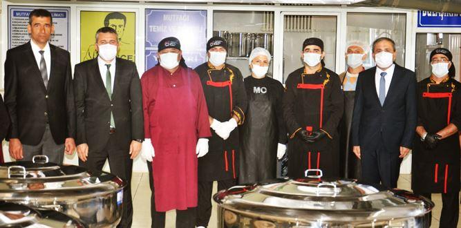 Okul değil fabrika; 3 bin öğrencinin yemeği bu mutfakta pişiriliyor
