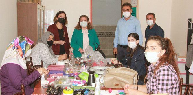 Sevilay Coşkun Hanımefendi, İpek Kozasından Turistik Eşya yapımı kursunda
